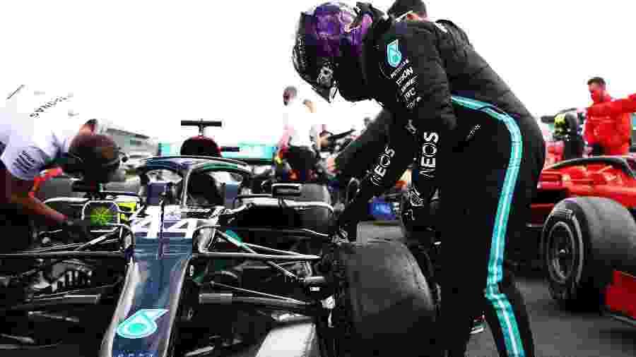 Lewis Hamilton checa o pneu estourado de sua Mercedes após vencer o GP da Inglaterra em Silverstone - Bryn Lennon/Getty Images