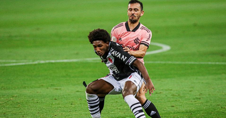 Talles Magno disputa bola com Uendel no Beira Rio