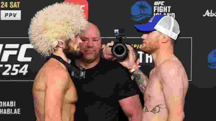 """Khabib Nurmagomedov (esquerda) e Justin Gaethje (direita) fazem """"encarada"""" antes do UFC 254 - Josh Hedges/Zuffa LLC"""