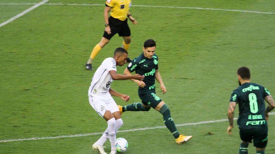 Lucas Braga disputa lance em jogo do Santos contra o Palmeiras, no Brasileirão - Fernanda Luz/AGIF
