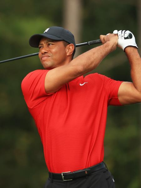 O golfista Tiger Woods costuma usar camiseta vermelha e calça preta - Mike Ehrmann/Getty Images/AFP