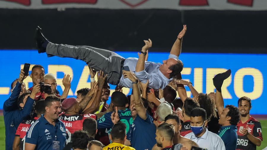 Rogério Ceni é jogado para o alto na comemoração do título brasileiro de 2020 do Flamengo - Marcello Zambrana/AGIF