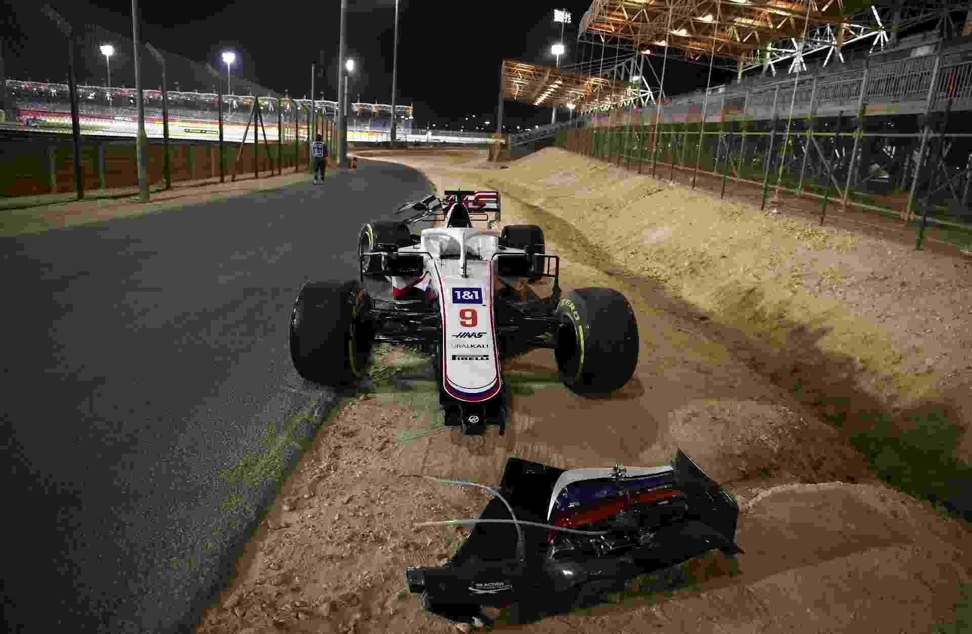 O carro abandonado pelo piloto russo Nikita Mazepin no GP do Bahrein, no primeiro acidente da temporada 2021 - Bryn Lennon/Getty Images