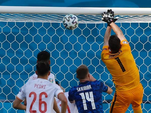 Dubravka, goleiro da Eslováquia, se atrapalhou e marcou um gol contra no duelo contra a Espanha