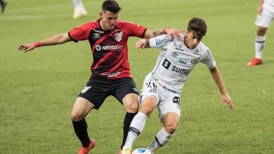Jader e Pirani disputam bola em Athletico x Santos nas quartas de final da Copa do Brasil 2021 - Robson Mafra/AGIF