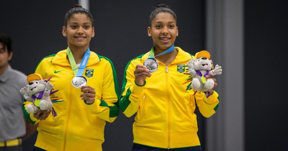 Irmãs Luana e Lohaynny Vicente recebem as medalhas de prata conquistadas no badminton