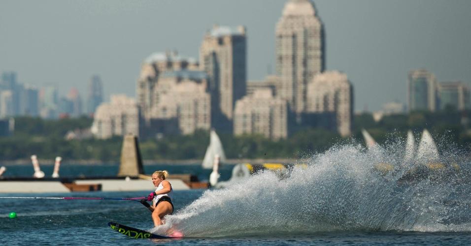 Com a cidade de Toronto ao fundo, canadense Whitney McClintock compete na prova slalom do esqui aquático