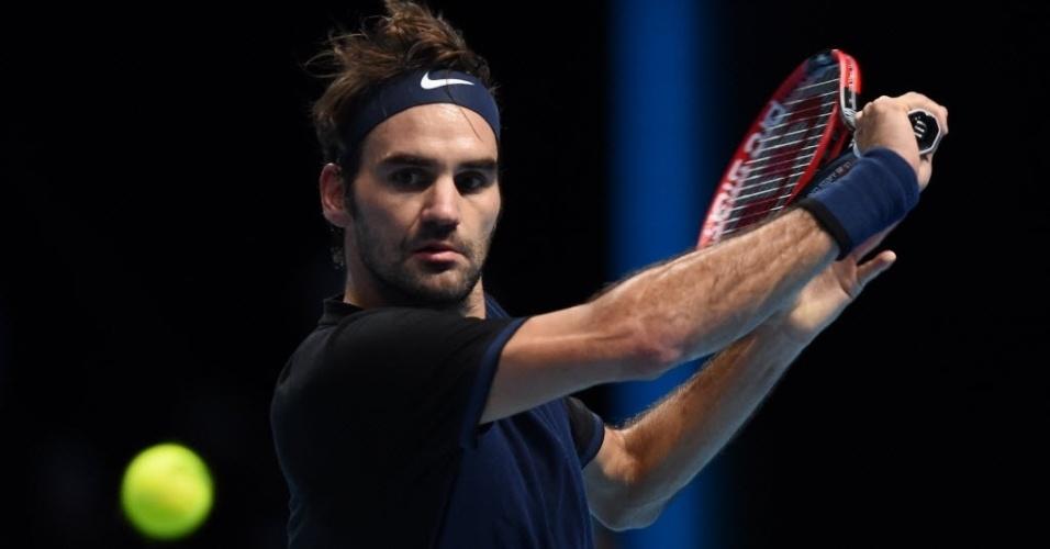 Roger Federer se prepara para retornar bola de Novak Djokovic, durante decisão do ATP Finals, neste domingo (22)