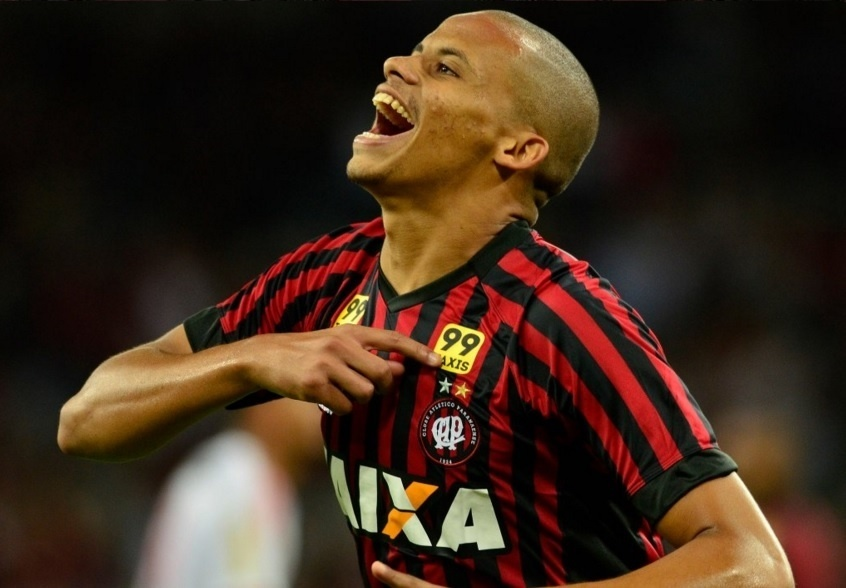 Cleberson comemora após marcar para o Atlético-PR contra o Flamengo