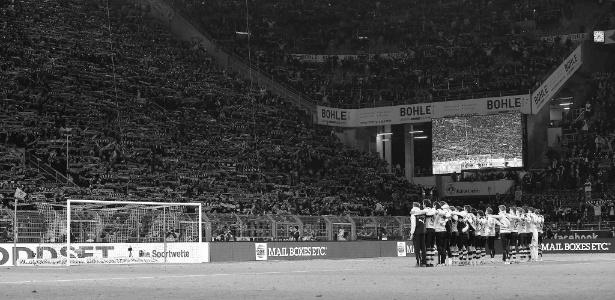 Time do Borussia Dortmund presta homenagem a torcedor que morreu durante jogo