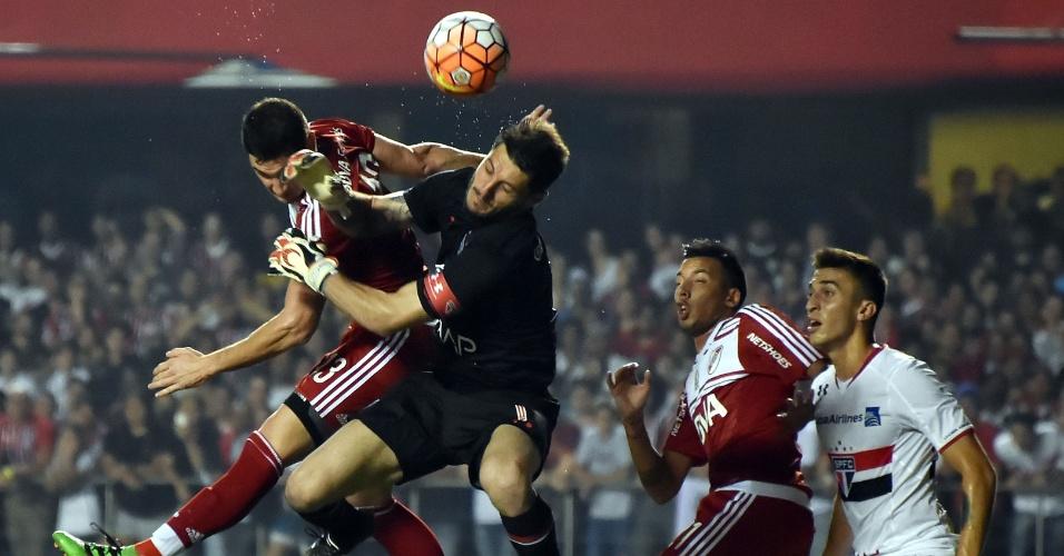 Denis sai do gol para afastar o perigo da área do São Paulo contra o River, na Libertadores