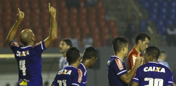 De cabeça, Bruno Rodrigo abriu o placar do jogo contra o Londrina, no estádio do Café