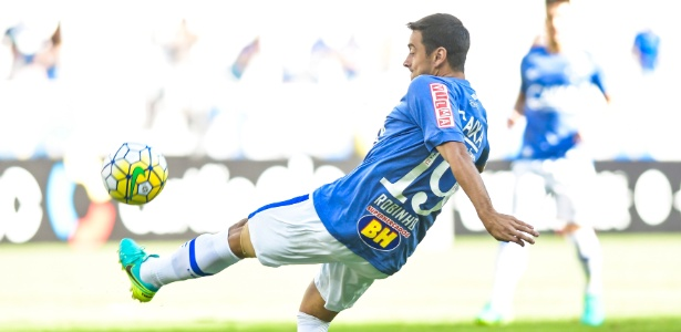 Robinho dá chute na bola na partida entre Cruzeiro e Santos
