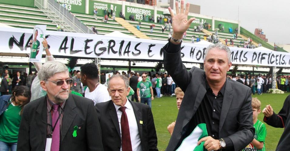 Técnico da Seleção Brasileira, Tite faz caminhada na Arena Condá para homenagear vítimas do acidente com a delegação da Chapecoense, profissionais da imprensa e comissários