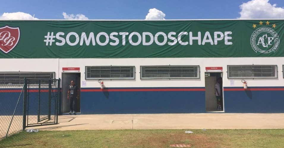"""Estádio em Porto Feliz, a 112 km de São Paulo, estampou a mensagem """"#SomosTodosChape"""""""