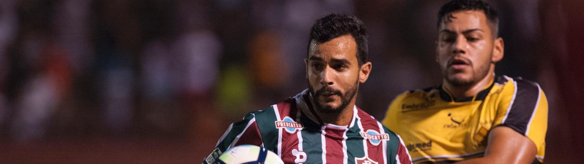 Henrique Dourado, do Fluminense, tenta dominar a bola marcado por rival do Criciúma, em duelo da Copa do Brasil