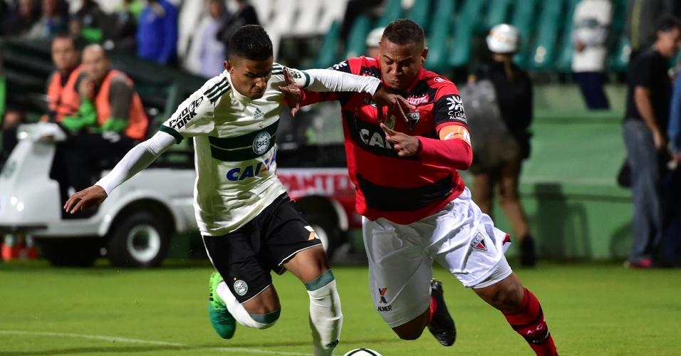 Dodô, do Coritiba, disputa a bola com Walter, do Atlético-GO