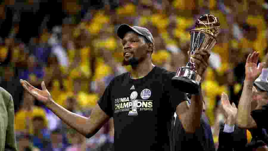 Kevin Durant recebe troféu de jogador mais valioso (MVP) das Finais da NBA - Ezra Shaw/Getty Images/AFP