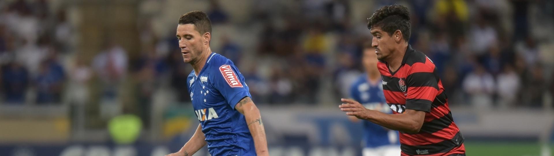 Thiago Neves, do Cruzeiro, tenta escapar de jogador do Vitória durante partida no Mineirão