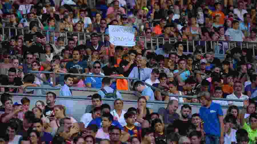 Torcida do Barça protesta contra o presidente do clube em apresentação de Dembélé - AFP PHOTO / LLUIS GENE