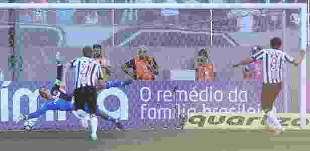 Fred cobra pênalti contra o Palmeiras e vê o goleiro Fernando Prass defender - Agência Palmeiras - Agência Palmeiras
