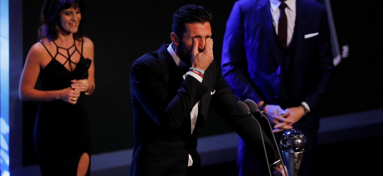 Buffon se emociona após receber prêmio de melhor goleiro da Fifa - Eddie Keogh/Reuters