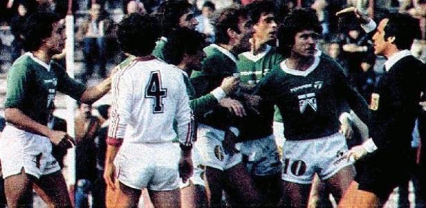 Jogadores do Ferro Carril protestam com o árbitro após marcação polêmica