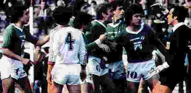 Jogadores do Ferro Carril protestam com o árbitro após marcação polêmica - Reprodução/La Voz del Interior