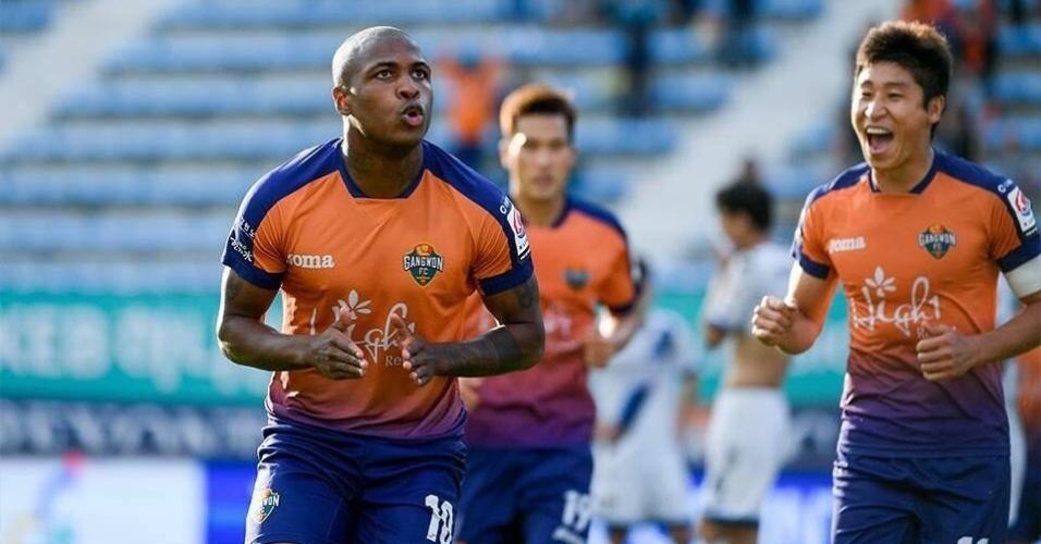 Diego Maurício comemora gol por seu time na Coréia do Sul