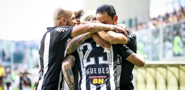 Róger Guedes foi abraçado por Fábio Santos e Ricardo Oliveira após gol contra o Vitória