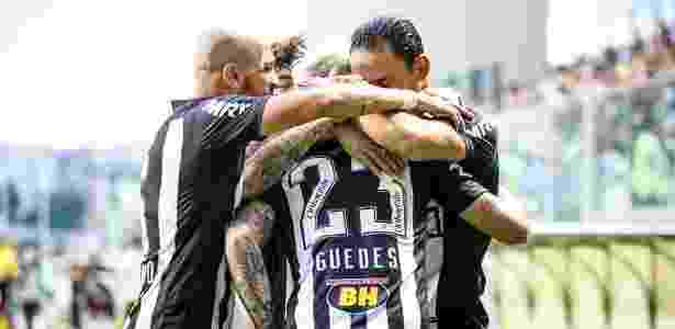 Róger Guedes foi abraçado por Fábio Santos e Ricardo Oliveira após gol contra o Vitória - Bruno Cantini/Clube Atlético Mineiro