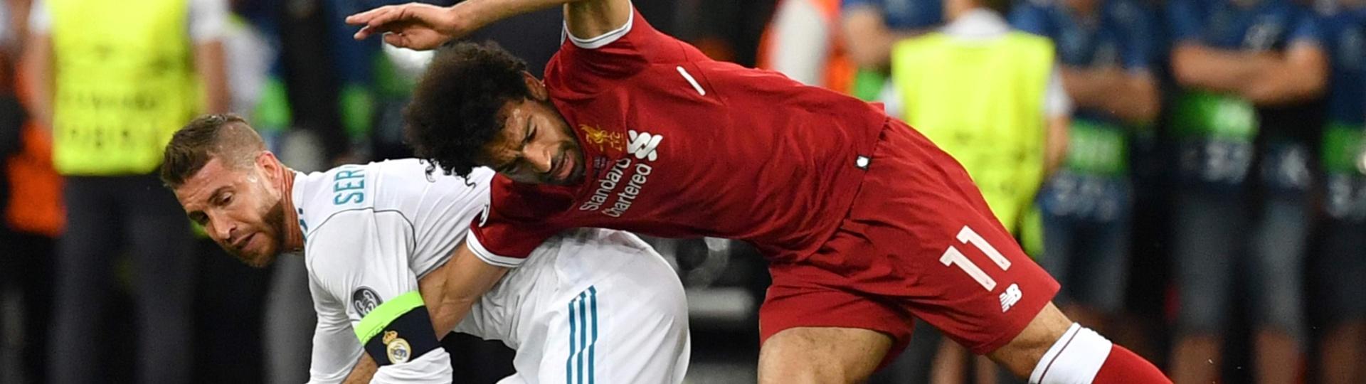 Mo Salah se enrosca com Sergio Ramos e cai em cima do braço direito durante final da Liga dos Campeões