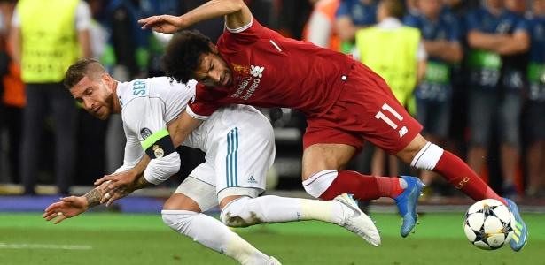 Salah se enrosca com Sergio Ramos e cai em cima do ombro durante final da Liga dos Campeões