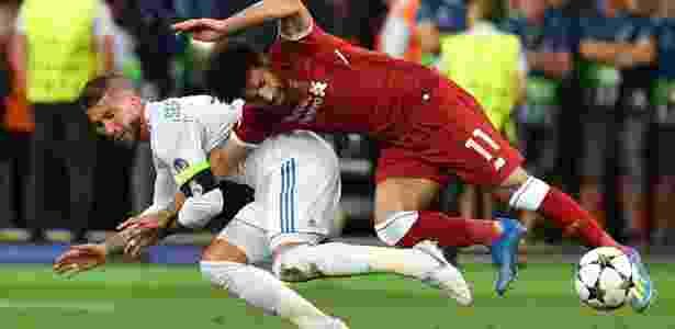 Salah se enrosca com Sergio Ramos e cai em cima do ombro durante final da Liga dos Campeões - AFP PHOTO / GENYA SAVILOV