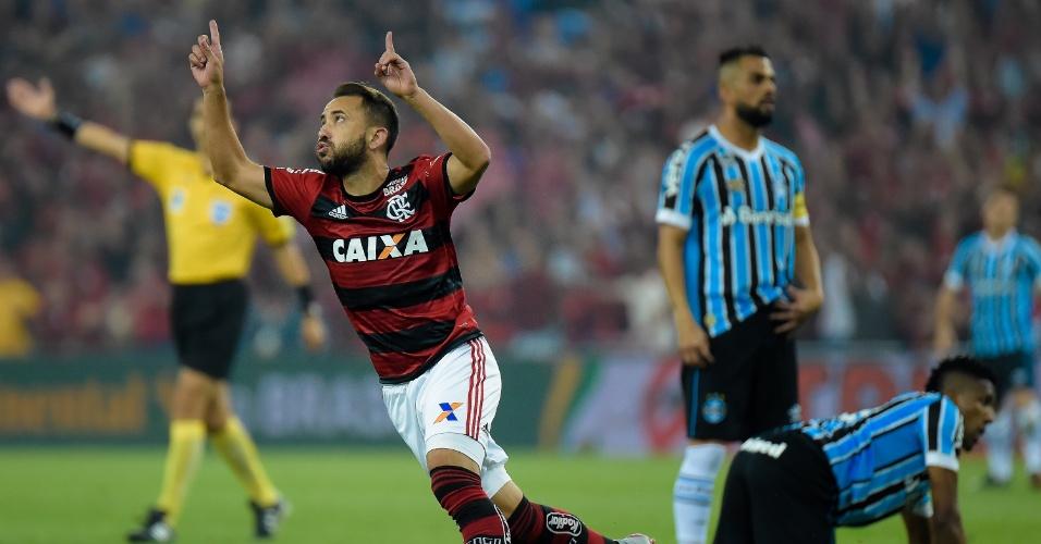 Everton Ribeiro comemora gol do Flamengo sobre o Grêmio