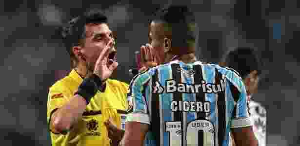 Grêmio contestou atuação de Andres Cunha, árbitro do jogo, e equipe do VAR - Antonio Lacerda/EFE