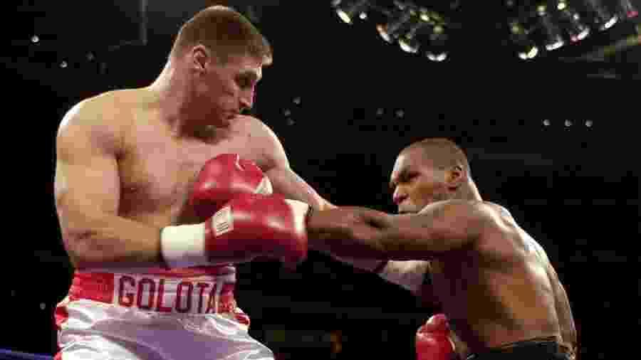 Mike Tyson e Andrew Golota se enfrentaram em 2000 - AFP PHOTO/Jeff KOWALSKY