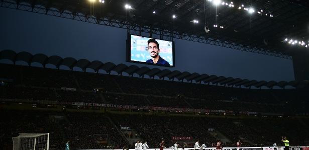 Astori foi homenageado recentemente pela torcida do Milan em San Siro - Marco Bertorello/AFP