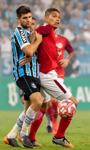 Kannemann e Guerrero disputam bola durante Grêmio x Inter