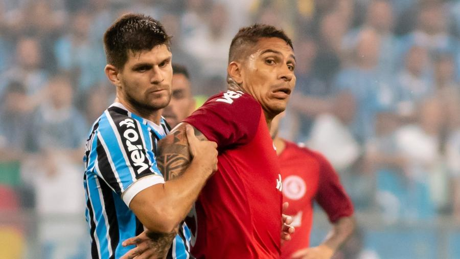 Kannemann e Guerrero disputam bola durante Grêmio x Inter. Peruano reclamou muito - Jeferson Guareze/AGIF