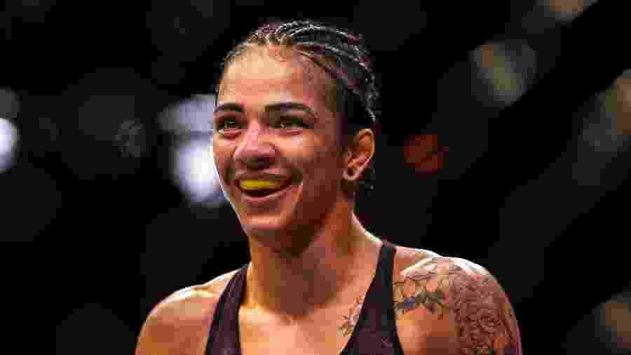 Viviane Araújo comemora vitória no UFC 237 - Alexandre Schneider/Getty Images