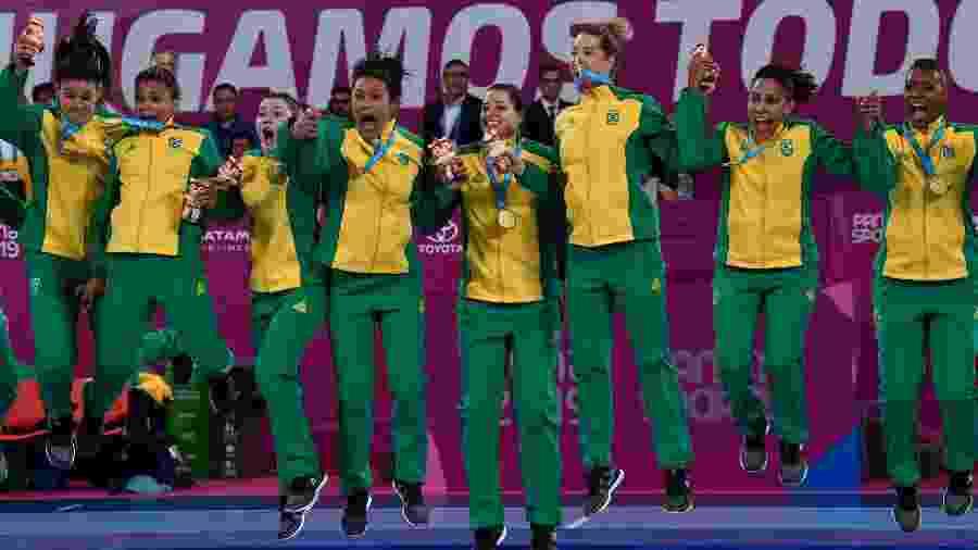 Brasileiras do handebol saltam no pódio já com a medalha de ouro do Pan - Pedro PARDO / AFP