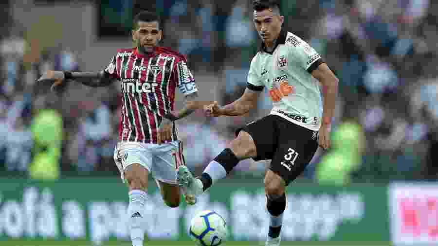 Raul e Daniel Alves em ação na partida entre Vasco e São Paulo pelo Campeonato Brasileiro - Thiago Ribeiro/AGIF