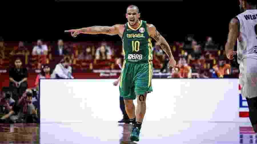 Alex Garcia orienta defesa da seleção brasileira de basquete - Divulgação/FIBA