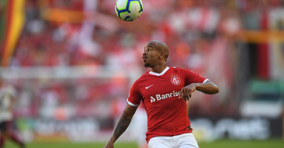 Patrick, do Internacional, domina bola no meio-campo