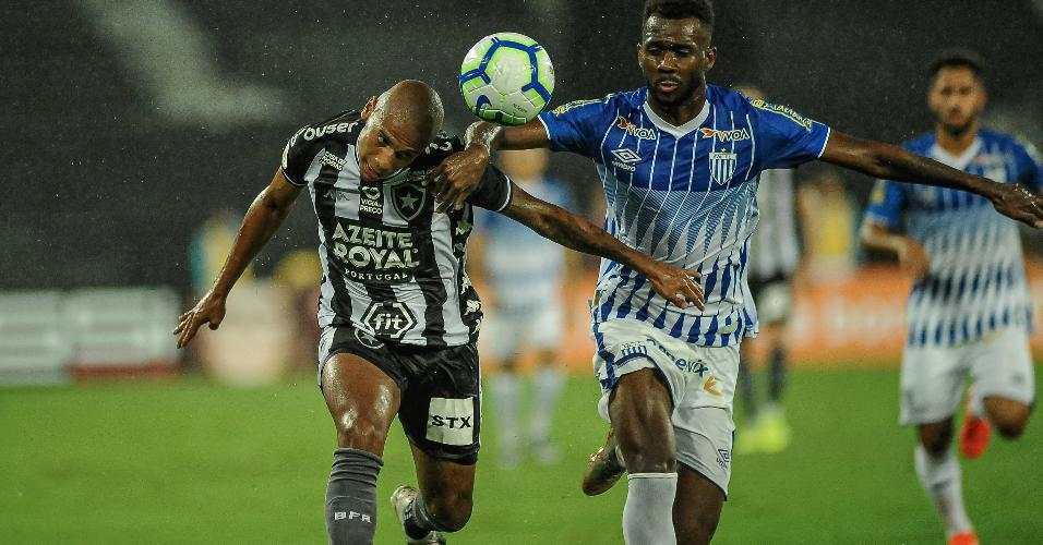Dividida de bola entre Rickson, jogador do Botafogo, e Igor Fernandes, jogador de Avaí, durante partida pelo Campeonato Brasileiro