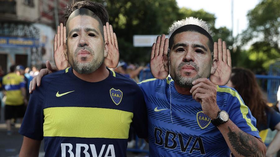 30.nov.2019 - Torcedores do Boca Junior usam máscara do ídolo do clube Juan Román Riquelme - Alejandro Pagni/AFP