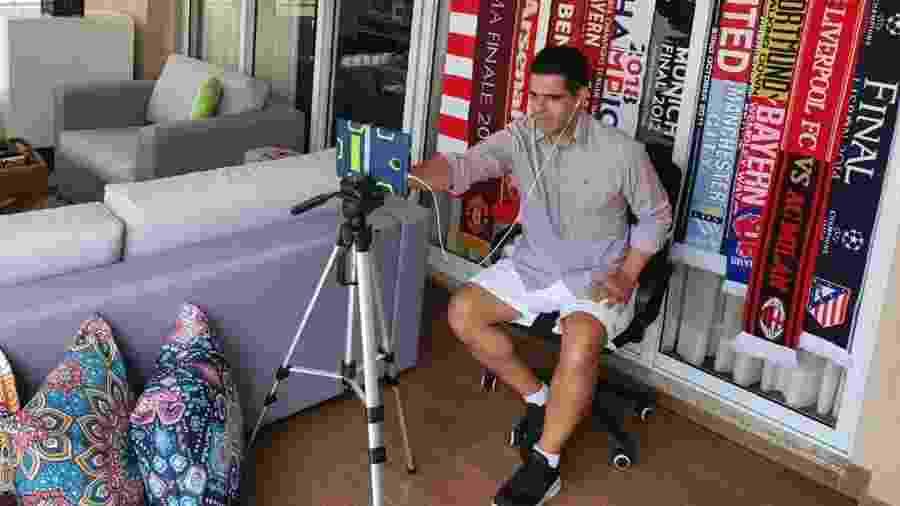 Em quarentena, Paulo Andrade improvisa estúdio na sacada de seu apartamento - Arquivo pessoal