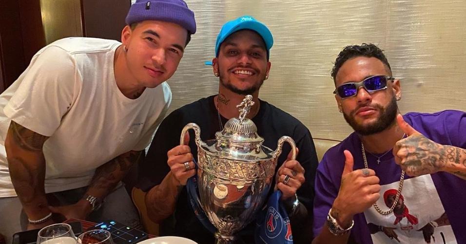 Neymar e os parças com a taça da Copa da França