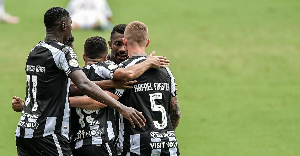 Botafogo comemora gol contra o Fluminense no Brasileirão